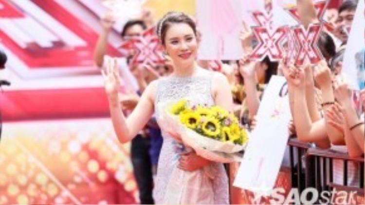 Tất nhiên rồi, thương hiệu váy ren xuyên thấu mà tinh tế được Hồ Quỳnh Hương chọn mặc chuẩn mác Lâm Gia Khang.