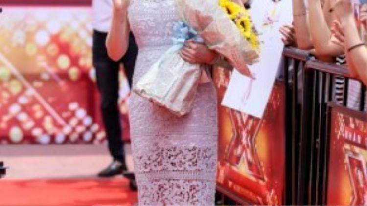 Hồ Quỳnh Hương xuất hiện rạng ngời cho buổi ghi hình đầu tiên của X- Factor mùa thứ hai.