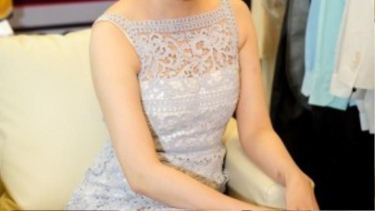 Để phù hợp hơn với trang phục, cô chọn lối trang điểm nhẹ nhàng, tự nhiên cùng son môi màu hồng đậm.
