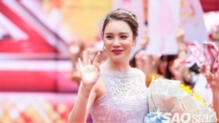 Bộ váy mang lại vẻ ngoài tươi trẻ và nữ tính, cùng đó kiểu tóc búi công chúa gọn gàng khiến Hồ Quỳnh Hương cuốn hút hơn nhiều trước ống kính.