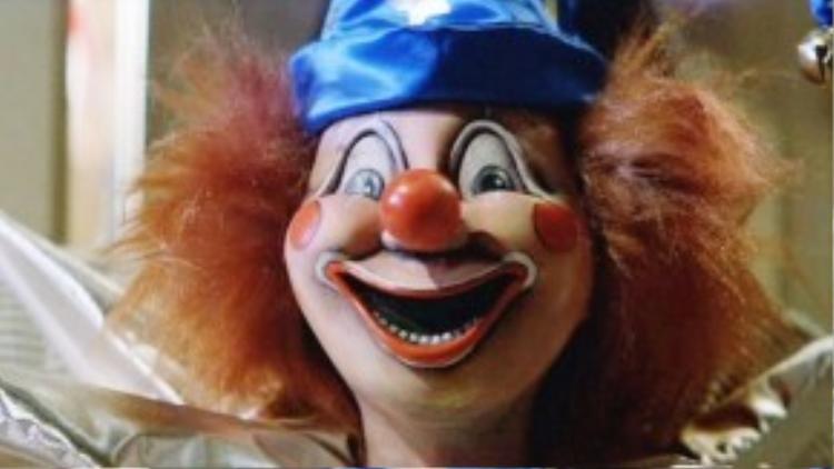Búp bê Clown và cậu bé Robbie