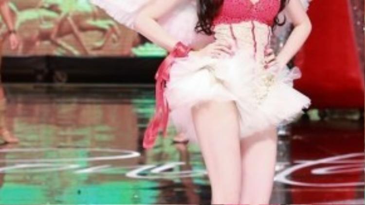 Trước đó, trong chương trình Đêm hội chân dài 7, Ngọc Trinh đã gây ấn tượng mạnh mẽ cho người hâm mộ khi cô diện nội y khoác cánh thiên thần như những chân dài của Victorias's Secret.