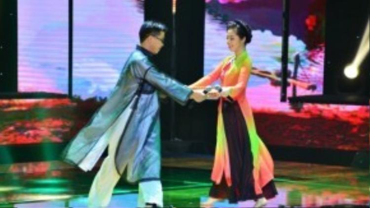 Nguyễn Mai Phương cùng Thành Thiện đã cùng nhau thể hiện sôi động ca khúc Duyên quê đầy sôi động và dễ thương.