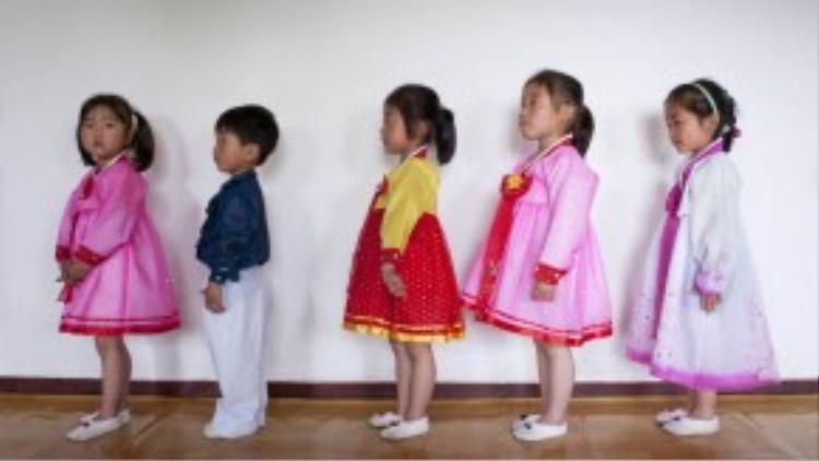 Các học sinh tiểu học ở Bắc Triều Tiên xếp hàng vào lớpngày 16/05/2009.