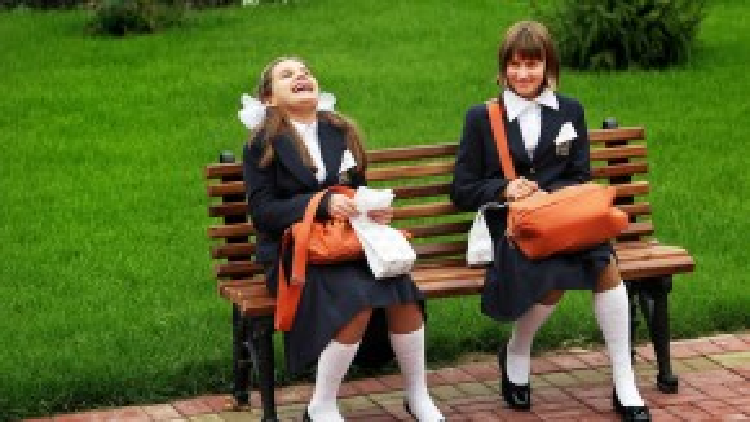 Các học sinh trường nội trú dành cho nữ thuộc Bộ Quốc phòngNga đang vui vẻ cười đùa trên băng ghế vào ngày 09/09/2008.