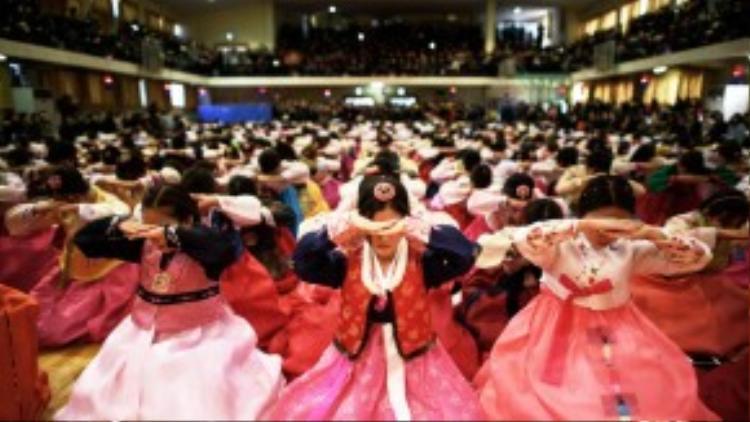 Học sinh Hàn quốc mặc hanbok truyền thống cúi đầu trong lễ tốt nghiệp tại trường Trung học Dongmyeong, Seoul vào ngày 12/02/2015.