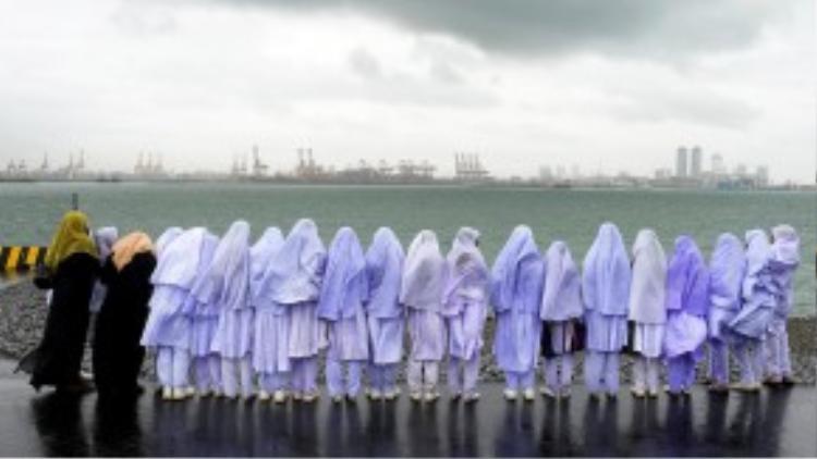 Các bé gái Hồi giáo ở Sri Lanka đang đứng bên cảngbiển Colombo sau chuyến đi học thực tế đếnlàng Kalmunai cách đó 231 dặm (khoảng 371km)vào ngày 20/5/2013.