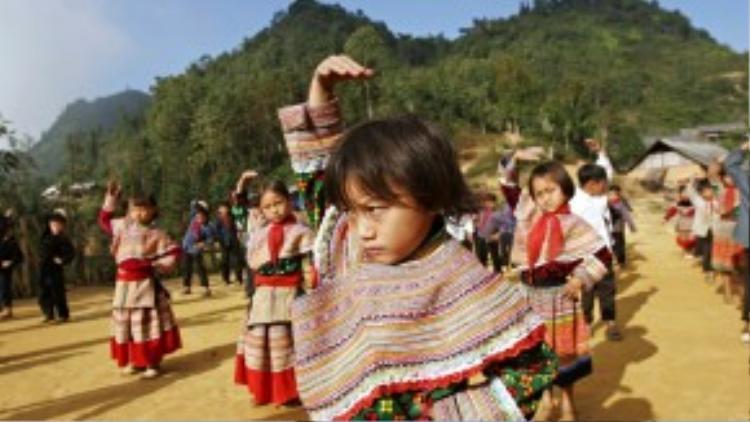 Học sinh H'mong đang tập thể dục ở trường tiểu học Hoàng Thu Phố, Bắc Hà, Lào Cai, Việt Nam.