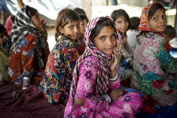 Con gái cứ học thêm một năm, thu nhập sau này sẽ tăng 20%