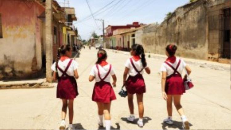 Các nữ sinhTrinidad, Cuba đang trên đường về nhà sau giờ họcvàongày01/6/2009.