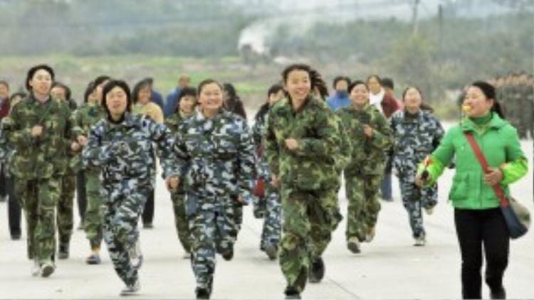 Các em gái hăng hái tập thể dục trong học kỳ quân độicùa Trung tâm huấn luyện và giáo dục Xu Xiangyang, ngoại ô phía Tây Nam thành phố Thành Đô, Trung Quốcvàongày 22/12/2005.