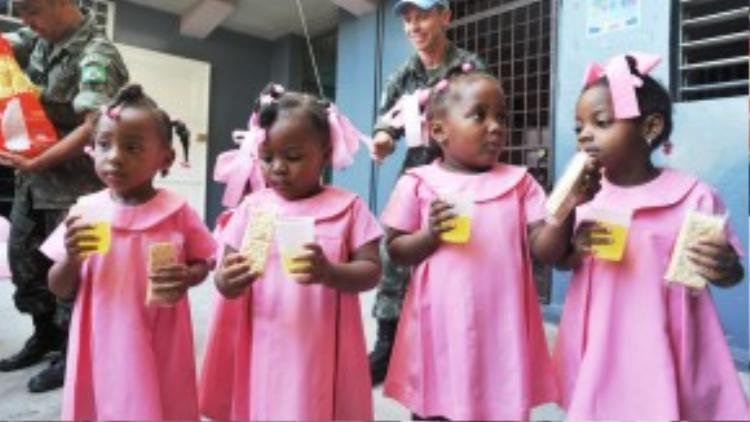 Tổ chức gìn giữ hòa bình Liên hiệp quốc tại Brazil đang phát bánh và nước ép hoa quả cho các em học sinh ở trường học tập trungPort-au-Prince, Haiti vào ngày 6/02/2013.