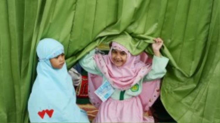 Hai bé gái Hồi giáo đang chuẩn bị cho buổi cầu nguyện trong chuyến đi ngoại khóaở Jakarta vào ngày 18/10/2012.