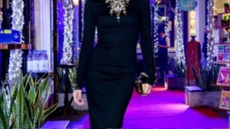 Theo tiết lộ từ ekip bộ váy lộng lẫy của Kathy Uyên là một thiết kế cầu kỳ của nhà thiết kế Chung Thanh Phong .