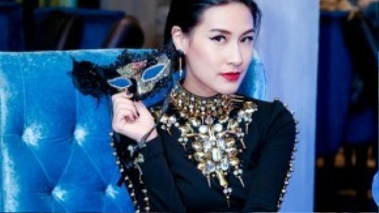 Bộ váy được thiết kế ôm sát tôn vóc dáng gợi cảm và phần cổ được thiết kế ấn tượng.