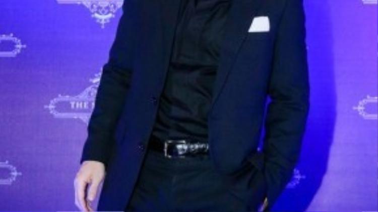 Tham dự lễ khai trương còn Trần Bảo Sơn, anh lịch lãm với vest đen.