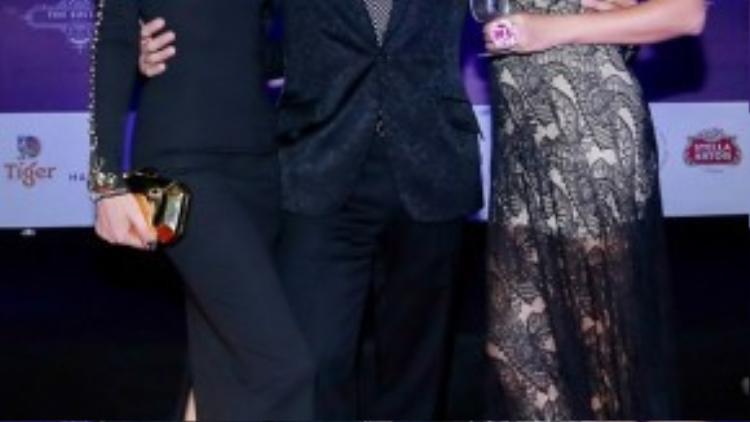 Bạn trai của nữ diễn viên cũng tháp tùng cô tới sự kiện. Kathy Uyên yêu kiều chụp hình bên người yêu.