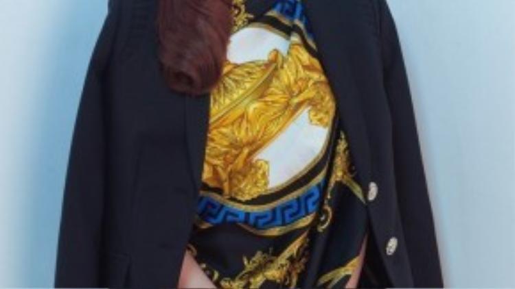 Khác với những bộ ảnh nóng bỏng được thực hiện trước đây, chân dài gây bất ngờ khi diện những chiếc váy kín đáo, không còn khoe đường cong gợi cảm trong những trang phục xẻ ngực hay cắt cúp táo bạo như trước.