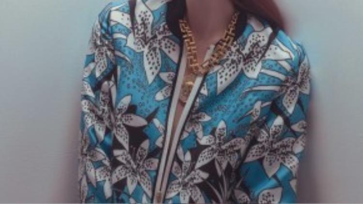 Chiếc áo bomber với họa tiết xanh trắng bắt mắt được mix cùng những món đồ trang sức cá tính từ bông tai và vòng cổ dây xích khiến cô mạnh mẽ và ấn tượng hơn trong ánh mắt người đối diện.