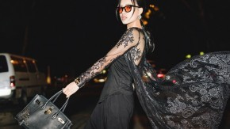 Túi Bling Bling màu đen chính là món đồ đinh trong tổng thể cả set đồ được mix theo phong cách matchy-matchy.