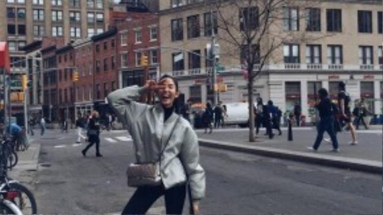 Hoàng Thùy khoe streetstyle cực chất trên đường phố London với jacket ánh kim, túi xách Chanel ánh kim 2.55 cùng sneaker trắng năng động khoe chân dài miên man.