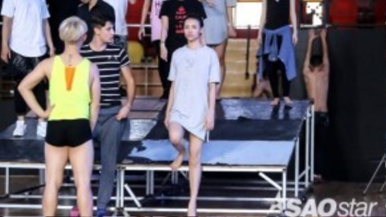 Hồng Quế đến sân khấu từ rất sớm, cô nỗ lực tập luyện cùng bạn nhảy và vũ đoàn.