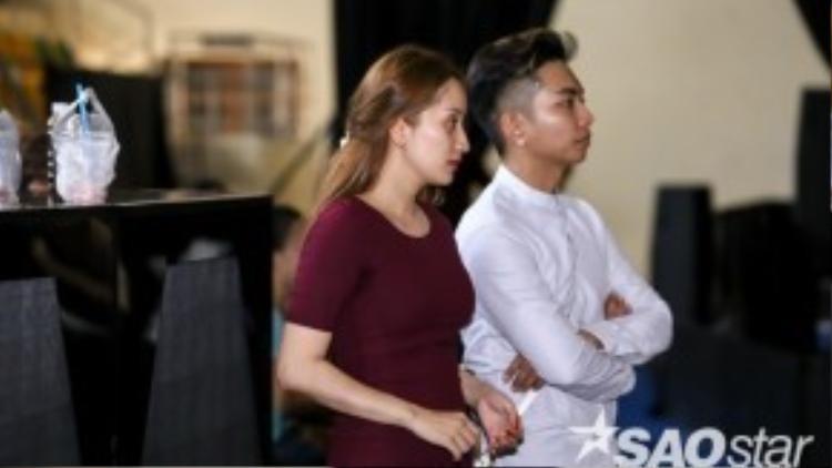 Phan Hiển luôn sát cánh cùng vợ khi xem các học trò tập luyện.