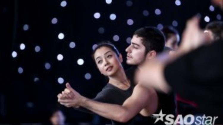 Giây phút người đẹp phiêu cùng bài nhảy của mình.