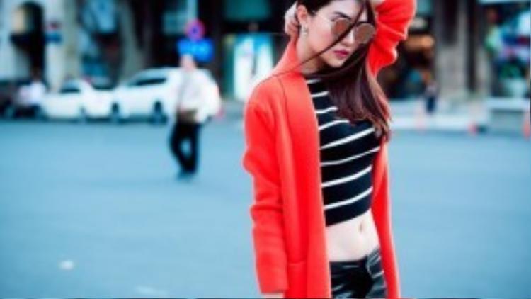 Quần skinny jeans, váy chữ A denim, váy bút chì thanh lịch là những item được cô tận dụng triệt để mỗi khi xuống phố để khoe đôi chân dài. Bên cạnh đó, những phụ kiện thời thượng như kính tráng gương, mũ fedora cũng được Ngọc Duyên ưu tiên sử dụng để tạo điểm nhấn.