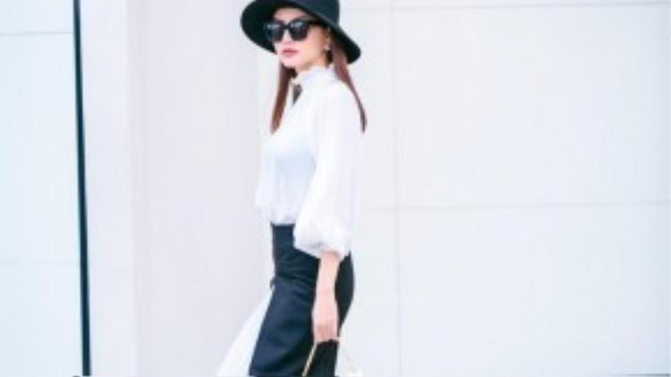 Họa tiết kẻ sọc hay những gam màu đơn sắc cổ điển vẫn được cô ưu tiên mỗi khi xuống phố.