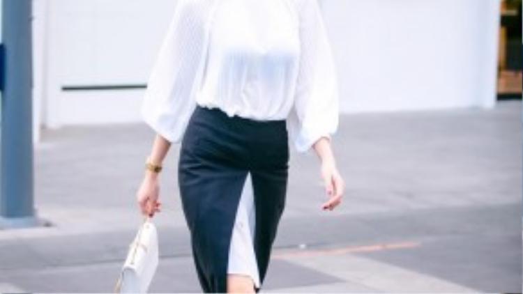 Không chỉ gây ấn tượng bởi trang phục sang trọng, tôn lên vóc dáng cơ thể, Ngọc Duyên cũng xứng danh là một trong những fashionista mới của Vbiz khi xuống phố cùng những item thời thượng bật nhất: áo dệt kim cổ lọ, váy cài khuy trước, quần da….