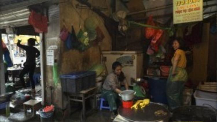 Ở khu vực bán đồ tươi sống, gian hàng mặt tiền của chị Vũ Hòa luôn phát ra tiếng nhạc xập xình và chị có thể tập bất kể lúc nào vắng khách.