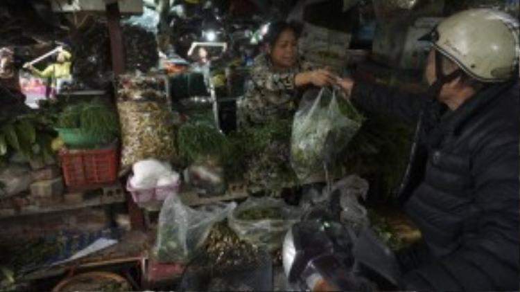 Vừa tập vừa bán hàng, Chị Vũ Thị Hiến (50 tuổi) cũng là một người tham gia tích cực với phong trào. Chị bán các loại lá xông trong chợ đã gần 30 năm nay.