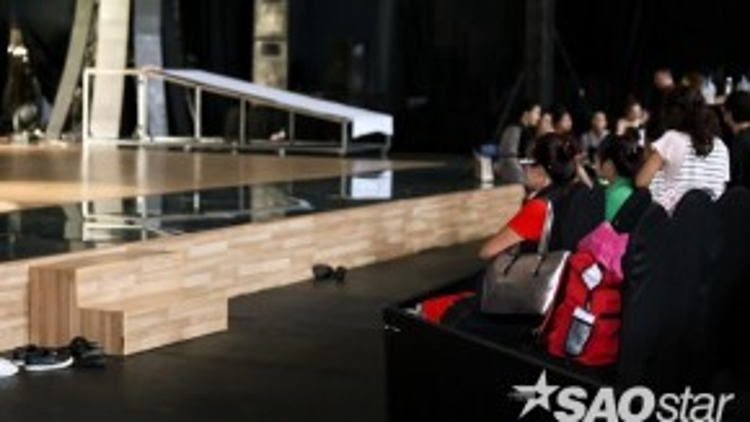 Sau đó, mẹ S.T đã chuyển đến một chỗ gần hơn với sân khấu để tiện chăm sóc S.T khi anh kết thúc phần tập luyện của mình.