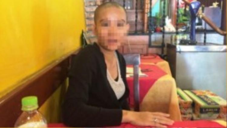 Chị Phượng cạo trọc đầu sau khi con gái 6 tuổi được giải cứu khỏi đối tượng bắt cóc.