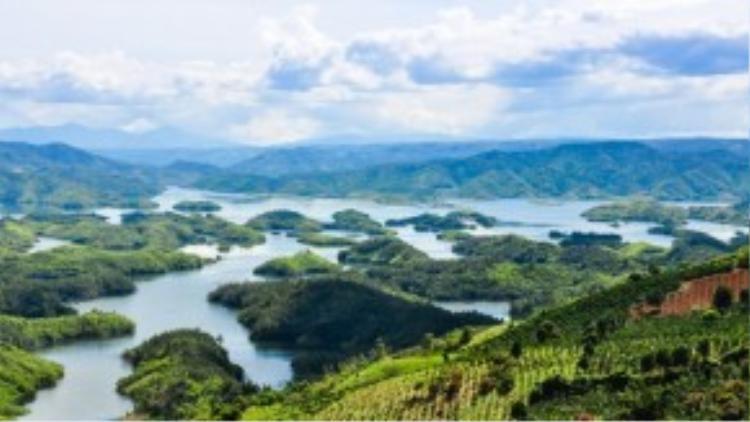 Tổng diện tích khu bảo tồn Tà Đùng lên đến 26 nghìn ha, khiến khung cảnh nơi đây ngoạn mục chẳng thua kém gì vịnh Hạ Long. Ảnh: Hải An.