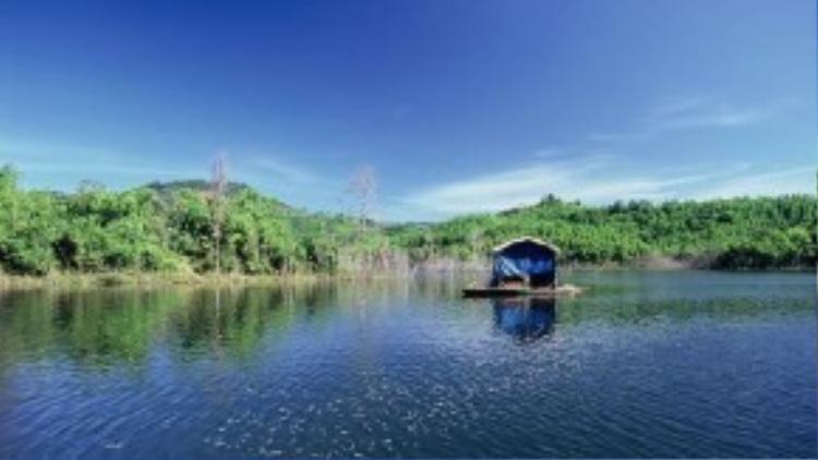 Quanh khu bảo tồn là những buôn làng đa dân tộc (gồm người Mạ, người Kinh và người Mông) sống chủ yếu bằng nghề trồng cà phê và đánh bắt thủy sản. Trên lòng hồ cũng có nhiều bè nổi của các gia đình sống bằng nghề chài lưới. Ảnh: victory963.