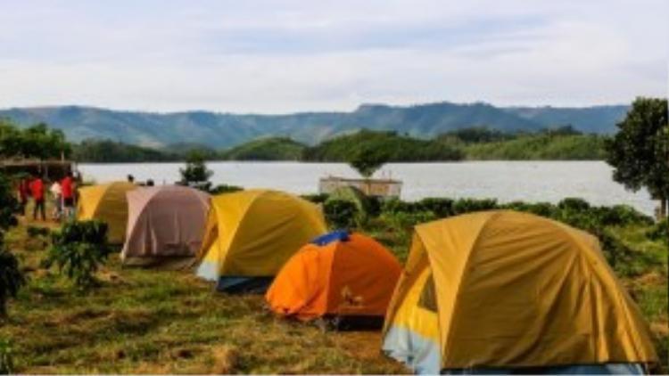 Hồ hiện chưakhai thác du lịch, khách đến đâythường cắm trại trong lều trên các hòn đảo lớn giữa lòng hồ hoặc mướn nhà nghỉ tại thị trấn Quảng Khê gần đó. Ảnh: Hải An.