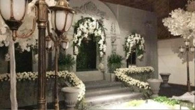 Một góc tại địa điểm diễn ra tiệc cưới được chăm chút rất kỹ. Cặp đôi chọn hoa hồng và lan hồ điệp trắng để trang trí cho nơi đây.