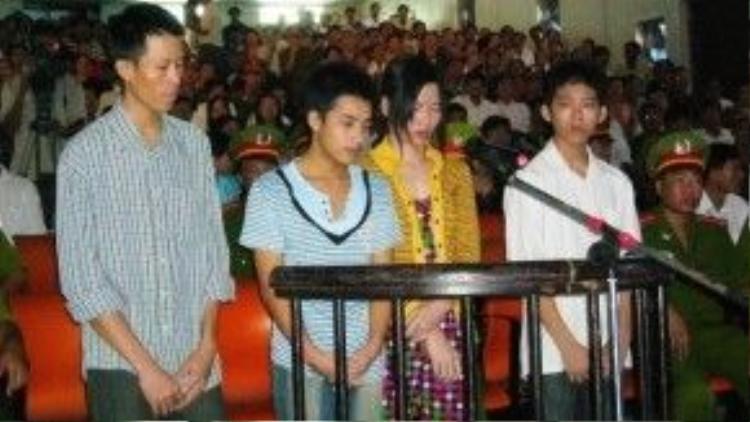 Phiên tòa năm 2010 xét xử vợ chồng chủ trại tôm và hai người làm vì hành hạ Hào Anh.