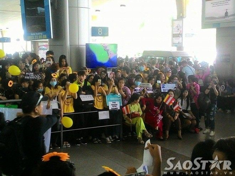 V-Queens đeo hoa hướng dương vàng rực cả sân bay chờ đón T-ara