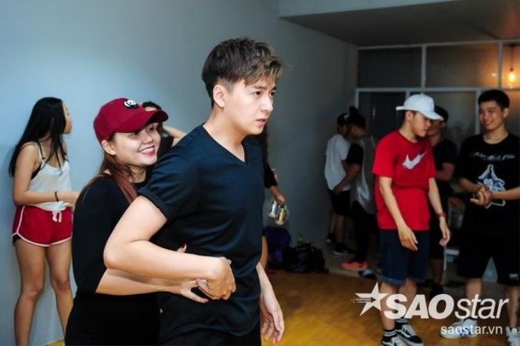 THE REMIX 2016: Ngô Kiến Huy khoe vũ đạo nóng bỏng bên cạnh vũ công nữ