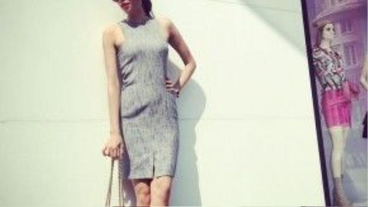 Xuất hiện trên đường phố Thượng Hải, trên tay cô là chiếc túi Sweet Charity màu beige từ nhà mốt Christian Louboutin.