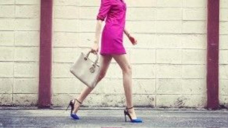 Phạm Hương sở hữu 3 chiếc túi Dior Diorissimo với 3 màu sắc và kích thước khác nhau, màu xanh navy, màu nude size lớn và phiên bản ánh kim cỡ trung bình.