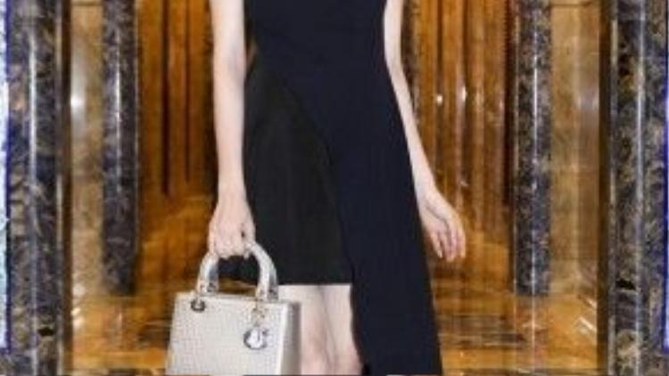 Diorissimo là mẫu túi ưa thích nhất của Phạm Hương. Mẫu túi này luôn bên cạnh cô trong nhiều dịp, từ hành trình dự thi Miss Universe tại Las Vegas cho đến streetstyle thường ngày.
