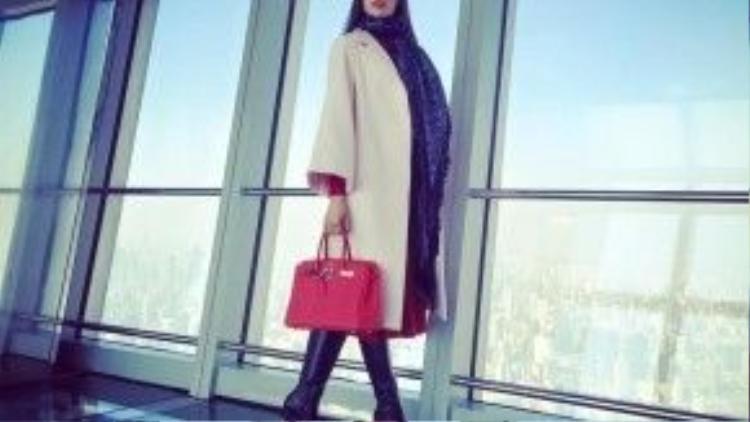 Chiếc túi đắt giá nhất của Phạm Hương là Hermes Birkin màu đỏ da togo. Cô diện chiếc túi trong chuyến du lịch đến Thượng Hải.