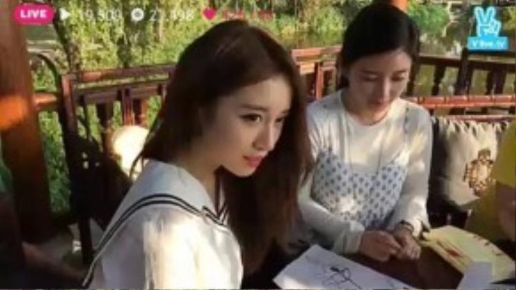 Hai thành viên Jiyeon và Soyeon đi tham quan cùng các fans may mắn.