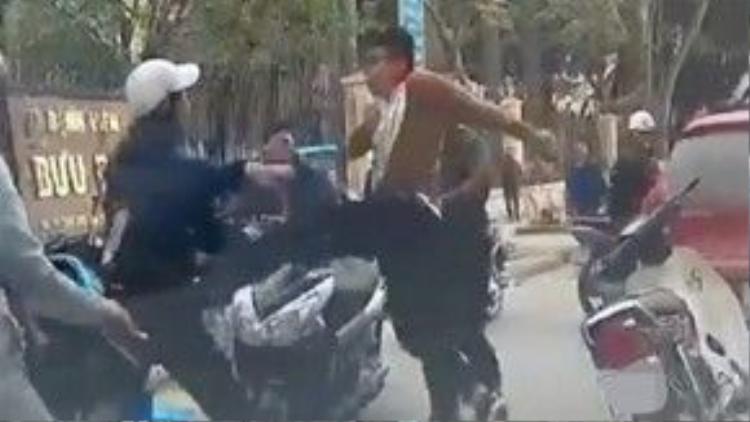 Hai tài xế ẩu đả sau va chạm nhẹ. Ảnh chụp từ clip