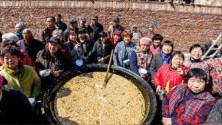 Người dân Hà Nam vây quanh nồi mì khổng lồ vào sáng ngày lễ Longtaitou. Ảnh: Shanghaiist
