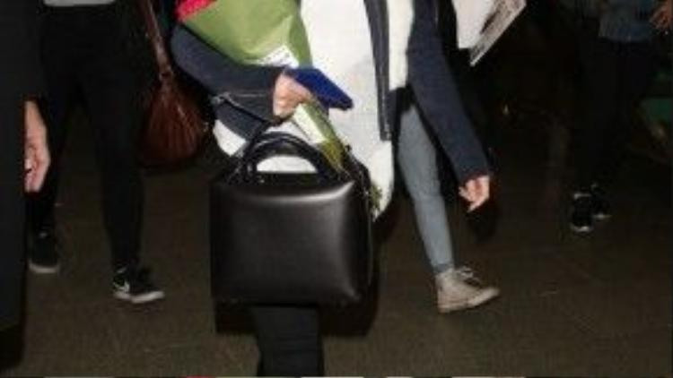 Selena đã đến London vào cuối ngày hôm 11/3 trong trang phục dân dã với áo phông trắng, skinny jeans và giày thể thao cùng áo khoác thể thao độn lông cừu cổ áo. Tại đây cô đã được fan hâm mộ tặng hoa.